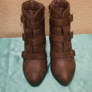 Wedge heel buckle boots